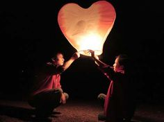 fun idea to have all the guest decorate a lantern and write a wish on it! will make some beautiful photo~