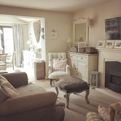 Read more about Shabby chic fiesta Cottage Living Rooms, Cottage Interiors, Home Living Room, Living Room Decor, Living Spaces, Cottage Shabby Chic, Cosy Home, Home And Deco, Living Room Inspiration