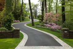 new ideas for curved driveway landscape - front yard landscaping ideas curb appeal Driveway Entrance Landscaping, Driveway Edging, Asphalt Driveway, Backyard Landscaping, Landscaping Ideas, Brick Edging, Paver Edging, Tree Lined Driveway, Circular Driveway