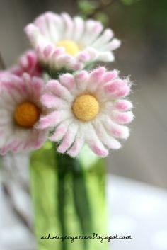 Daisies felt - Daisy felted - A Swiss garden - Pin Coffee Felt Diy, Felt Crafts, Fabric Crafts, Wet Felting, Needle Felting, Felt Flowers, Pretty Flowers, Fun Rainy Day Activities, Cupcake Liner Flowers