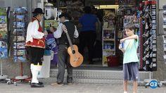 La plaza del Principe ha sido hoy punto de partida de diversos grupos folcklóricos con motivo de las fiestas en honor a Santa Rosa de Lima. Juntos animan…