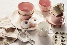 Acrescente um toque de glamour à sua pausa para um chá ou um café com taças douradas e cor-de-rosa.
