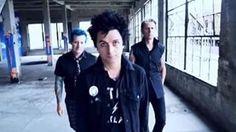 Durante a nova sessão de fotos (photoshoot) do Green Day para a revista Rolling Stone, também foi produzido um mini-clipe deles com a música 'Revolution Radio'. Assista:  Video: Reprodução/Instagram @markseliger