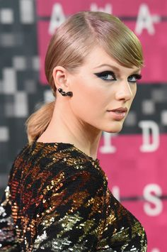 Pin for Later: See Every Epic Hair and Makeup Moment From the MTV VMAs Taylor Swift Has Taylor given up on her signature red lip for good? The superstar went nude with her lip to balance out the inky black eye makeup. Taylor Swift Rojo, Taylor Swift Makeup, Photos Of Taylor Swift, Taylor Swift Hair, Taylor Alison Swift, Taylor Taylor, Mtv, Full Weave, Hair