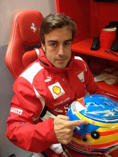 Alonso and his helmet for Silverstone 2012 | via Twitter / alo_oficial