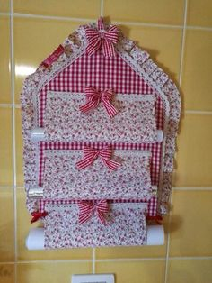 Ideias de porta rolo de papel! Sewing Hacks, Sewing Crafts, Easy Crafts, Diy And Crafts, Craft Projects, Sewing Projects, Chicken Scratch Embroidery, Hanging Organizer, Craft Bags