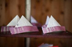 """crédit photo Carly Taylor Pour remplacer les chapeaux pointus arborés pendant les anniversaires (ou autres fêtes), faites des chapeaux """"bâteau"""" à partir de feuilles de papier colorés ou même de photocopies de livre. Cet origami est très facile à partir du moment où l'on sait plier en visant le milieu et peut servir d'activité lors des anniversaires, en rajoutant paillettes ou gommettes.  cliquez sur l'image pour la voir en plus grand Montrez-nous les vôtres!"""