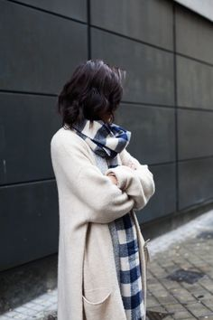 #beauty #style #fashion #woman #clothes #outfit #wearable #casual #look #winter #fall #autumn #long #white #cardigan #gray #sweater #plaided #blue #vichi #scarf