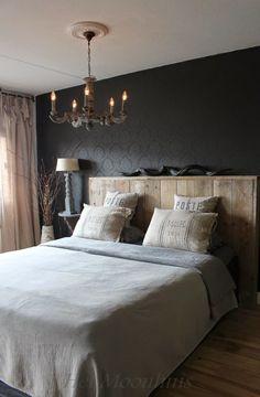 Slaapkamer met rustige bruin- en grijstinten voor een rustieke sfeer #woonstijl #landelijk