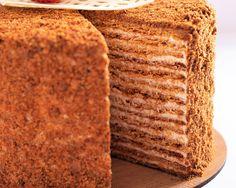Medovik este un tort rusesc cu miere realizat prin stratificarea unor foi delicate si subtiri cu miere cu cea mai fina crema cu smantana acra ce echilibreaza perfect cu gustul ei usor acrisor dulceata foilor cu miere. Mai, Yummy Cakes, Banana Bread, Workshop, Desserts, Food, Tailgate Desserts, Atelier, Deserts