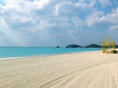 白い天然の砂浜が特徴的