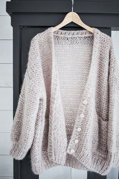 Pale knitted cardigan looks so comfy Fashion Mode, Look Fashion, Womens Fashion, Ladies Fashion, Fashion 2017, Fall Fashion, Mode Outfits, Fall Outfits, Looks Style