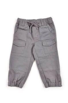 """Pantalón tipo """"cargo"""" para bebe niño, en color gris."""