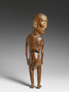 Statuette masculine moai kavakava, Rapa Nui (île de Pâques), Polynésie de l'Est, milieu du XIXe siècle (objet non exposé). La tête, dont le crâne est gravé de motifs en croissant, est tournée sur le côté. Les yeux sont incrustés de coquillage et la pupille gauche conserve encore un disque d'obsidienne. En pascuan, le terme « moai » désigne toute sculpture humaine ou animale tandis que « kavakava » renvoie aux esprits des morts et des ancêtres. Les côtes saillantes et les traits émaciés du…