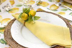 Guardanapos em linho amarelo com porta-guardanapos de limão-siciliano by Couvert em uma mesa montada para receber amigos para uma tarde inteira!