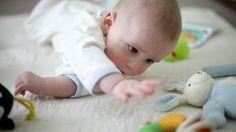 Les bébés adorent apprendre par le jeu! On vous explique comment choisir des jouets appropriés selon leur âge et leur stade de développement.