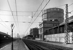 Estación de Poble Nou, dirección Mataró. Detrás de la estación se ve el gasómetro, de las instalaciones de la Catalana de Gas. Francesc Ribera. Año 1949.