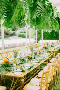 tropical wedding decoration. Ideas to entertain your guests at your wedding Tropical Party, Tropical Decor, Wedding Centerpieces, Wedding Decorations, Flower Centerpieces, Table Decorations, Pre Wedding Party, Wedding Ideas, Fall Wedding