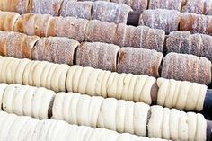 Také máte rádi trdelník ze stánku na vánočních trzích a chcete si ho připravit doma? Podívejte se na recept na trdelníky z kynutého těsta, díky kterému je můžete doma upéct zajímavým způsobem. Challa Bread, Czech Desserts, Czech Recipes, Christmas Cooking, Strudel, Sweet Recipes, Sweet Tooth, Food And Drink, Dessert Recipes