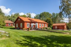 Minienergihus i 1800-talsstil Swedish Style, Swedish House, Exterior Design, Interior And Exterior, Orange House, Red Cottage, Red Roof, House In The Woods, House Painting