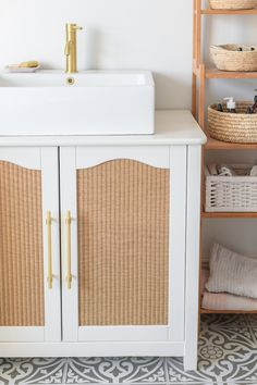 DIY: Von der Kommode zum Waschtisch - heylilahey. Vintage Dressers, Old Dressers, Bottom Paint, Second Hand Furniture, Brass Faucet, Modern Vanity, Bohemian Interior, Farmhouse Homes, Hanging Plants