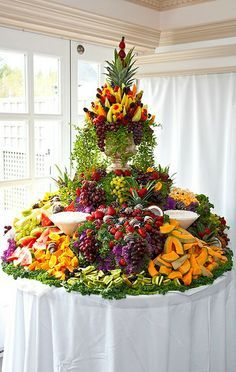 Wedding Food Tablescape ● Cascading Fruit Display More - Fruits and berries are present at any wedding table, in any season but especially in summer – they look beautiful and are yummy and healthy. We've already told you of figs. Party Platters, Buffet Party, Food Platters, Buffet Tables, Table Party, Buffet Ideas, Party Trays, Fruit Tables, Fruit Buffet