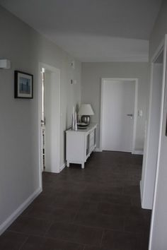 Hochwertig Dunkelgrauer Boden, Hellgraue Wand, Weiße Türen