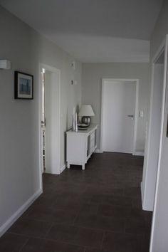 Dunkelgrauer Boden, hellgraue Wand, weiße Türen