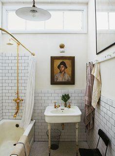 Salle de bain très belle avec baignoire et lavabo anciens