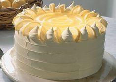 Idea para decorar una torta de limon con frosting de crema batida y azucar impapable y completada con merengues, lemon curd y limon confitado.