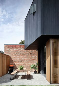 The Ridgeway House saw Ha Architecture work closely with fellow architect Steve Coster to design a compact charred timber extension to a Victorian weatherboard. House Cladding, Timber Cladding, Facade House, Architecture Extension, Modern Architecture, Victorian Architecture, Modern House Facades, Modern House Design, Modern Houses
