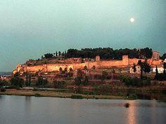La Alcazaba de Badajoz es una de las mayores de España. El recinto amurallado data del siglo XII, de la época almohade con restos anteriores y posteriores. El cerro de La Muela está muy bien acondicionado y es un lugar obligatorio de las visitas turísticas a Badajoz. Aquí se encuentra el Museo Arqueológico Provincial, en el Palacio de los Duques de Roca.