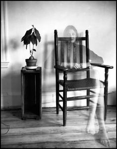 Self Portrait in the living room of her boarding house Susan Meiselas (one of the 12 women of Magnum Photographers since Photographer Self Portrait, Self Portrait Photography, Bw Photography, Experimental Photography, Monochrome Photography, Photography Magazine, Art Corner, Documentary Photographers, Artists