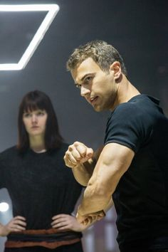 Theo James and Amy Newbold in Divergent (2014)