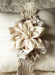 Diadema de ganchillo y flor de tela