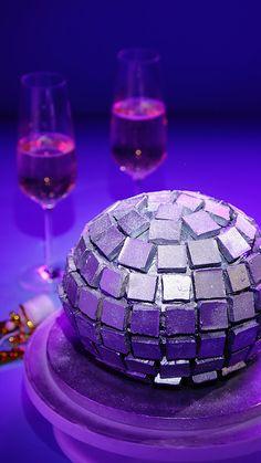 Torta de Bola de Disco Putting this cake on the table means having to start dancing automatically, w Food Cakes, Cupcake Cakes, Disco Cake, Disco Birthday Party, Disco Theme Parties, Dessert Oreo, Cake Recipes, Dessert Recipes, Bowl Cake