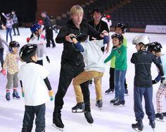 子どもたちにスケートを指導するプルシェンコ(中央)=20日午後、別府市のビーコンプラザ