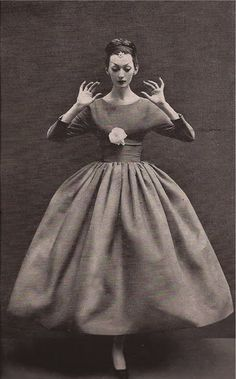 Dovima wearing #Balenciaga, photographed by Richard Avedon, 1950's.  A beautiful variation on #Dior's New Look. https://www.pinterest.com/olgatoptour/baby-dior Hey @rangarm, @polargomez, @azizadollie58, @brayanti! What are you thinking about this #DIOR pin?