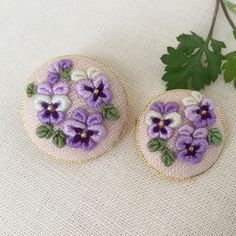 Hand Embroidery Flowers, Flower Embroidery Designs, Creative Embroidery, Simple Embroidery, Ribbon Embroidery, Embroidery Stitches, Arabic Calligraphy Art, Ribbon Hair Bows, Button Crafts