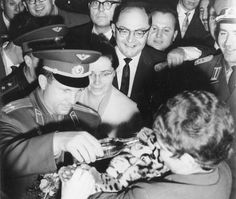 Юрий Гагарин и Валентина Терешкова, первый мужчина и женщина в пространстве кормят тигренка в Восточной Германии 1963
