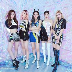 """ITZY Are K-Pop's Newest Queens Of Confidence Of the many things we'd like to leave behind in the last decade, the K-pop """"factory girls"""" mentality — exhibited by The New Yorker's John. J Pop, Kpop Girl Groups, Korean Girl Groups, Kpop Girls, Logos Retro, Rapper, Queen, These Girls, Pop Group"""