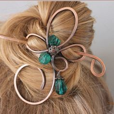 A curly copper hair pin with 2 emerald green faceted glass beads and matching drop which swings freely. This hair slide is made from pure thick gauge copper wire which has been antiqued, hammered and polished. The stick is made from the same wire.  Measurements: This hair clip is 2 wide and 3 1/2 long ( 5cm X 8.9cm) The stick is included and measures about 1 1/2 longer than the clip. If you would like a different length please leave me a message in comments.  You may want to curve t...
