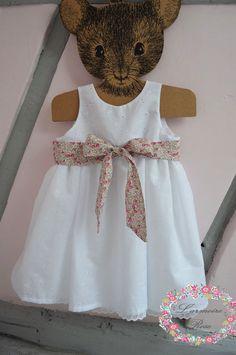 Robe de baptême en broderie anglaise ceinture en liberty : Mode Bébé par l-armoire-rose
