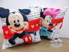 ATENÇÃO <br>Pedido Mínimo: 20 unidades que pode ser mesclada entre Mickey e Minnie. <br> <br>Temos também da Minnie Vermelha e Minnie Rosa. <br> <br>Almofada estampada com enchimento em pluma sintética. <br>Ótima opção para lembrancinha! <br> <br>Bom para os convidados por ser uma lembrancinha sem nome ou foto do aniversariante, tornando-se assim um presente utilizável e durável, a criança poderá usar na decoração do quarto, levar no carro, etc... <br> <br>Tamanho da Almofada: 20 x 20 cm…
