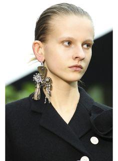 La boucle d'oreille unique de Céline http://www.vogue.fr/joaillerie/tendance-des-podiums/diaporama/fashion-week-automne-hiver-2014-2015-tendances-bijoux-fw14/17758/image/979234