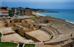 """""""Anfiteatro romano, Tarragona, del S. II Aquí es donde tenían lugar las luchas de gladiadores (aún se siguen celebrando en el festival Tarragona Viva). En el centro del anfiteatro había también un templo (en forma de cruz)"""""""