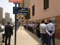 يصوت المصريون في أول انتخابات رئاسية حرة في البلاد. يستمر التصويت يومي 23 و24 من مايو/أيار، والإعادة إن وجدت يومي 16 و17 من يونيو/ حزيران.    50 مليون مواطن لهم حق التصويت. بينما تصطف طوابير طويلة في بعض مراكز الاقتراع، يبدو أن معدل الإقبال حتى الآن أقل من نظيره في انتخابات البرلمان التي عُقدت نوفمبر/ تشرين الثاني 2011. ربما يعكس هذا الأمر خيبة الأمل لدى العديد من الناخبين