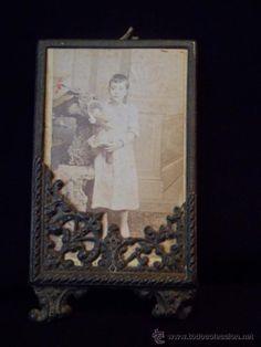 ANTIGUA FOTOGRAFIA ALBUMINA NIÑA CON MUÑECA AÑOS 1880 EN MARCO DE ORIGEN BRONCE LIGERO