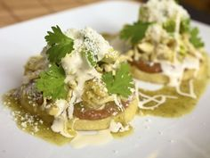 Sopes de pollo con frijoles - Sopes are great finger food. Season your chicken with one of our Molli Cooking Sauces or Pastes. Your guests will love them.