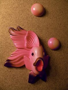 1950s pink bathroom decor...fish and bubbles.....I swear both my grandmothers had these!!